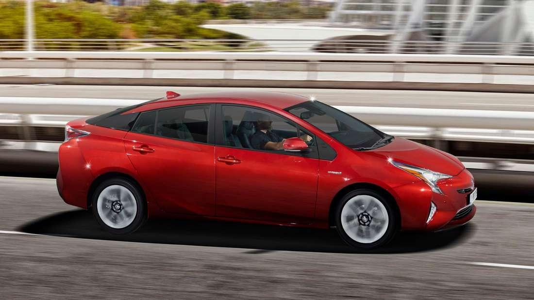 Fahraufnahme eines Toyota Prius von schräg vorn