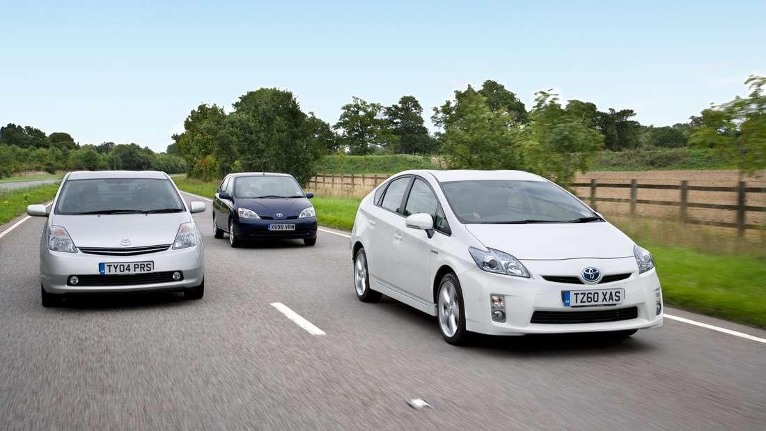Fahraufnahme mit drei Generationen des Toyota Prius