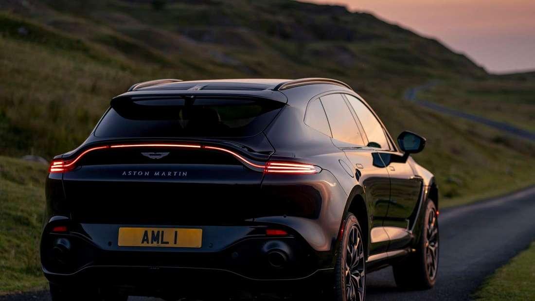 Heckansicht eines schwarzen Aston Martin DBX der ersten Generation.