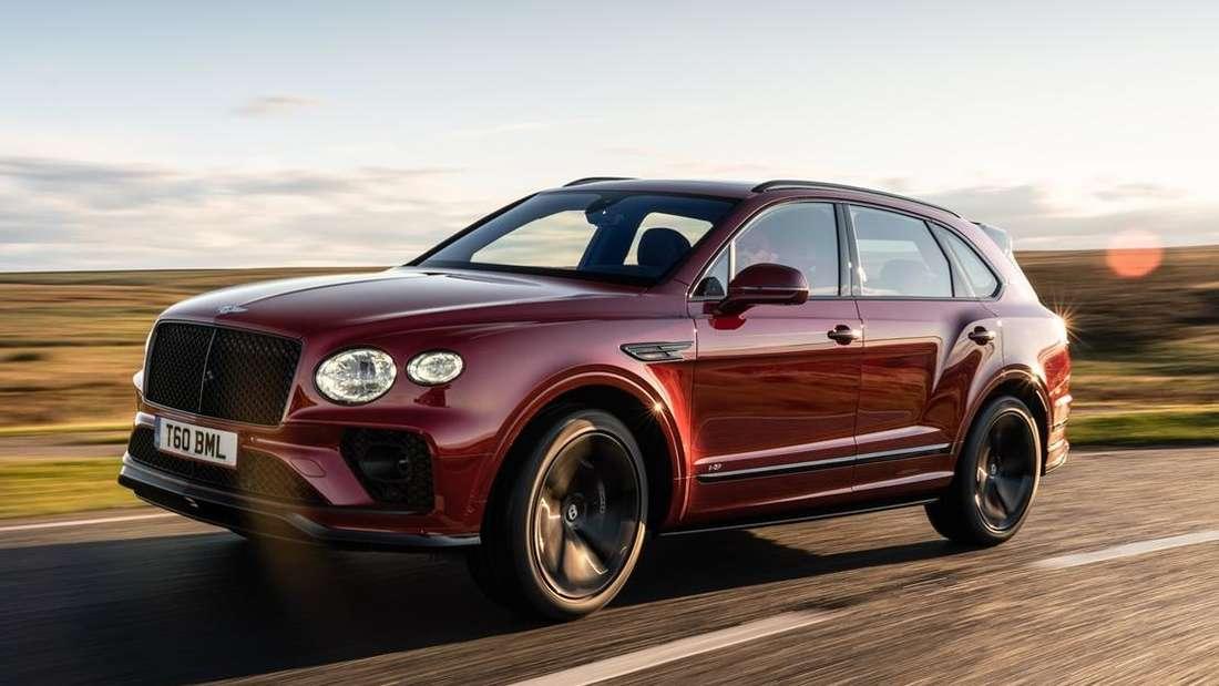 Fahraufnahme eines Bentley Bentayga von schräg vorn