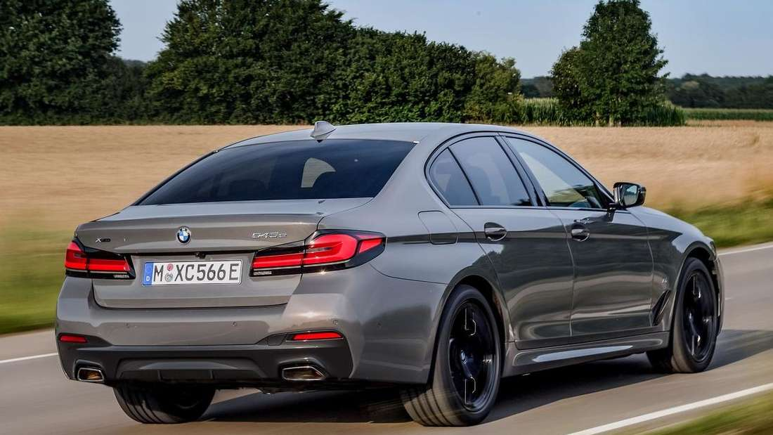 Fahraufnahme eines BMW 545e xDrive von schräg hinten