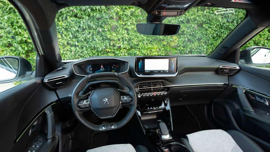 Blick in den Innenraum eines Peugeot e-2008.