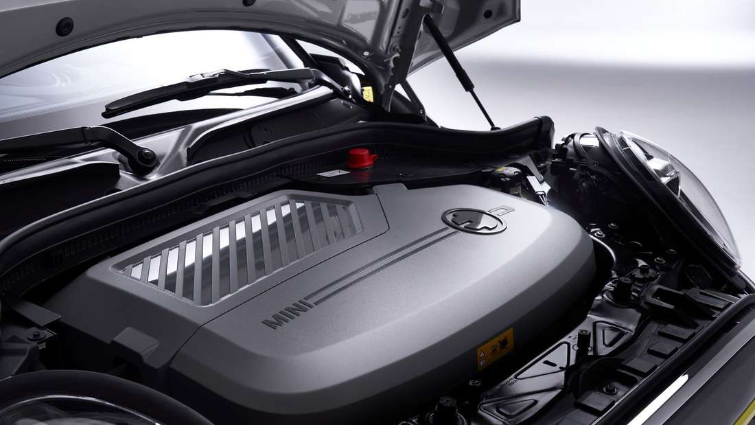 Detailaufnahme eines Mini Cooper SE mit geöffneter Motorhaube