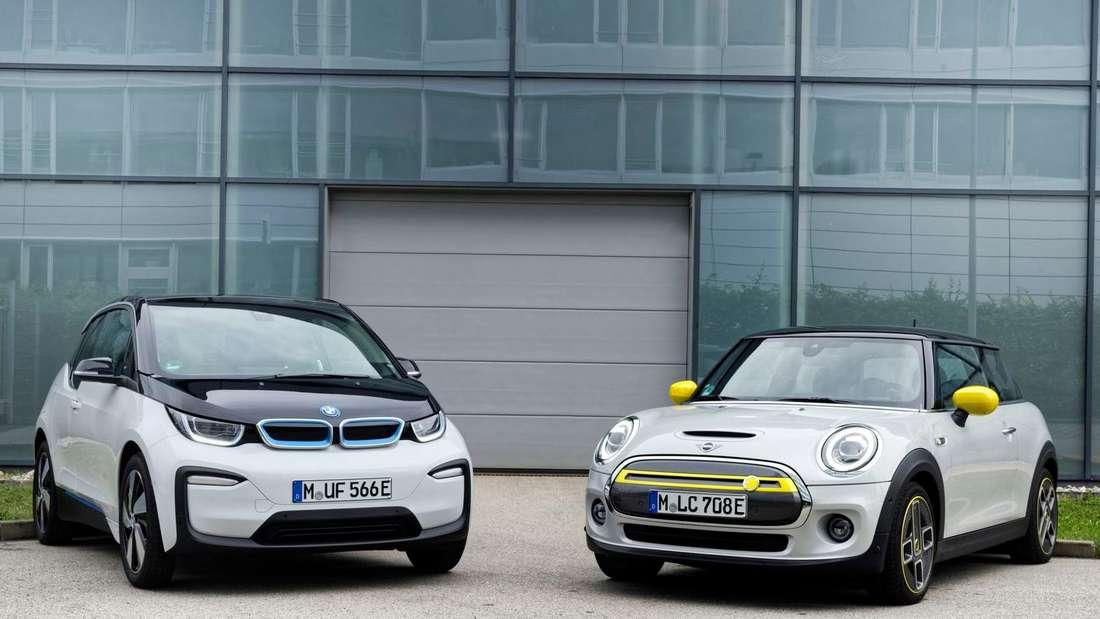 Standaufnahme eines BMW i3 und eines Mini Cooper SE von schräg vorn