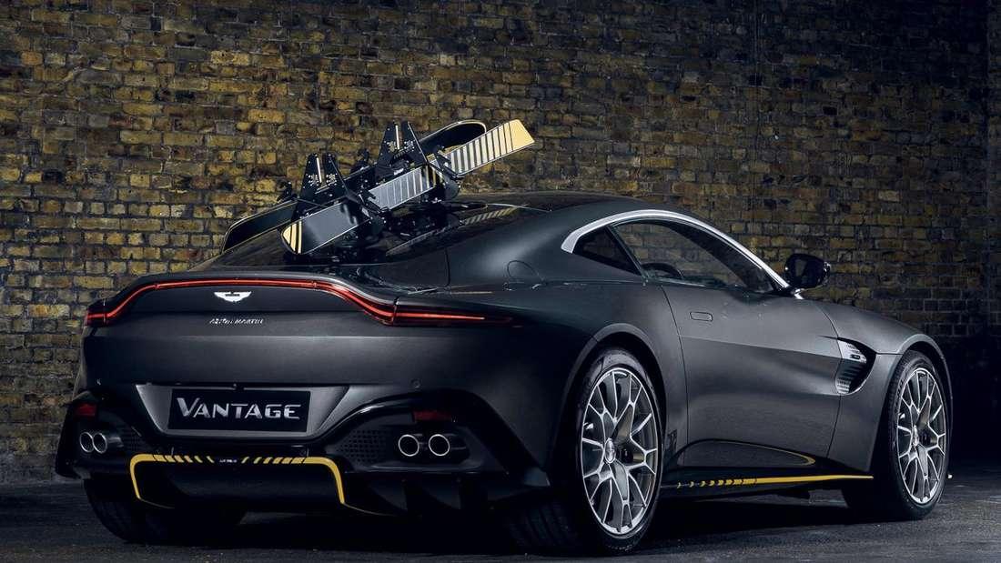 Studioaufnahme eines Aston Martin Vantage von schräg hinten