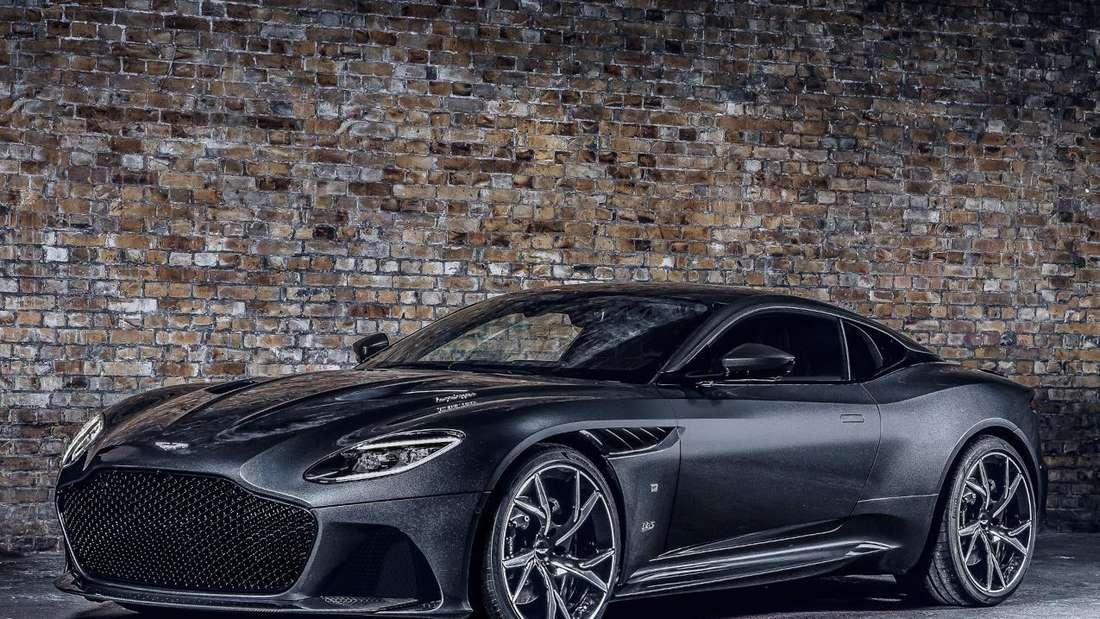 Studioaufnahme eines Aston Martin DBS Superleggera von schräg vorn