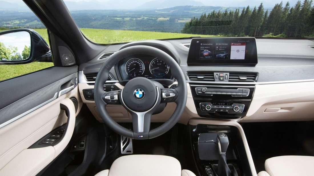 Blick in den Innenraum eines BMW X1 xDrive25e.