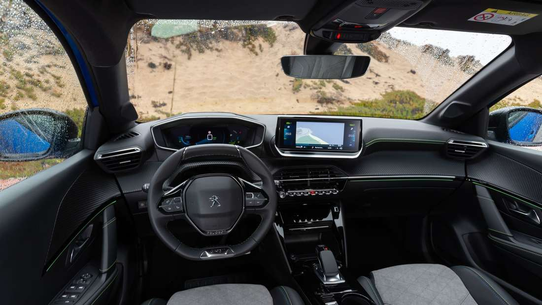 Blick in den Innenraum eines Peugeot e-208.