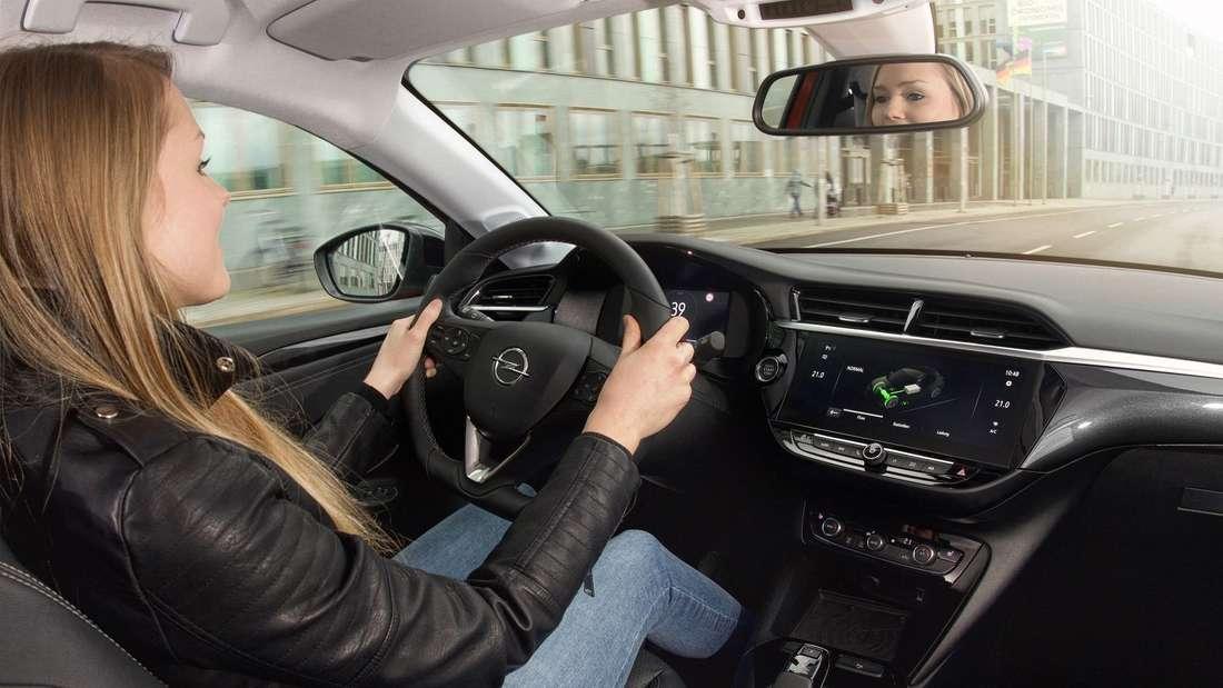 Blick in den Innenraum des Opel Corsa-e.