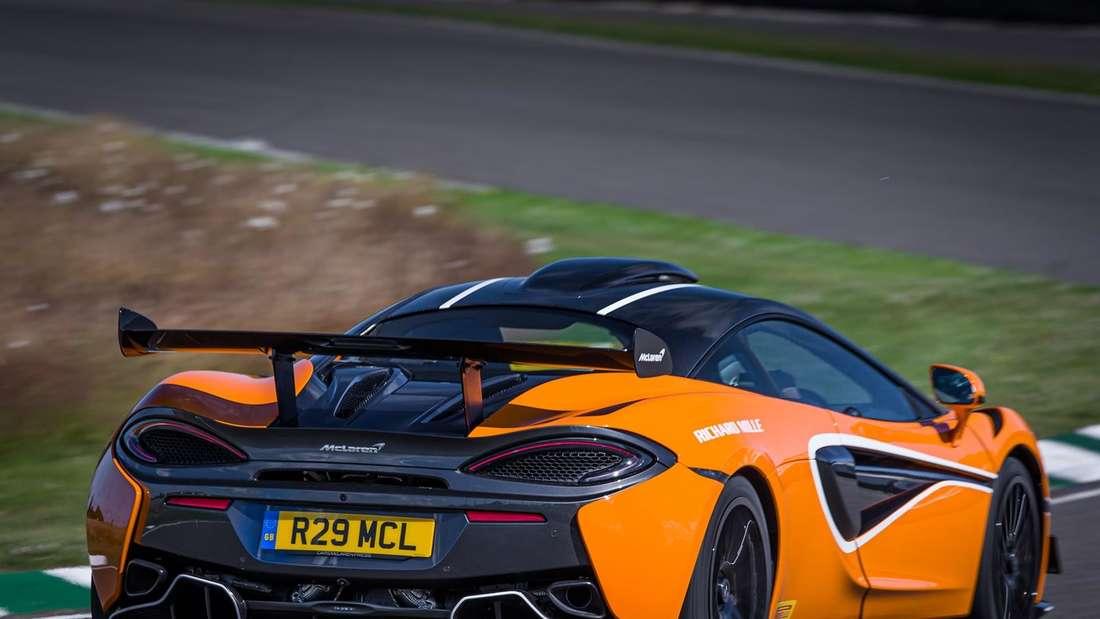 Fahraufnahme eines McLaren 620R von schräg hinten