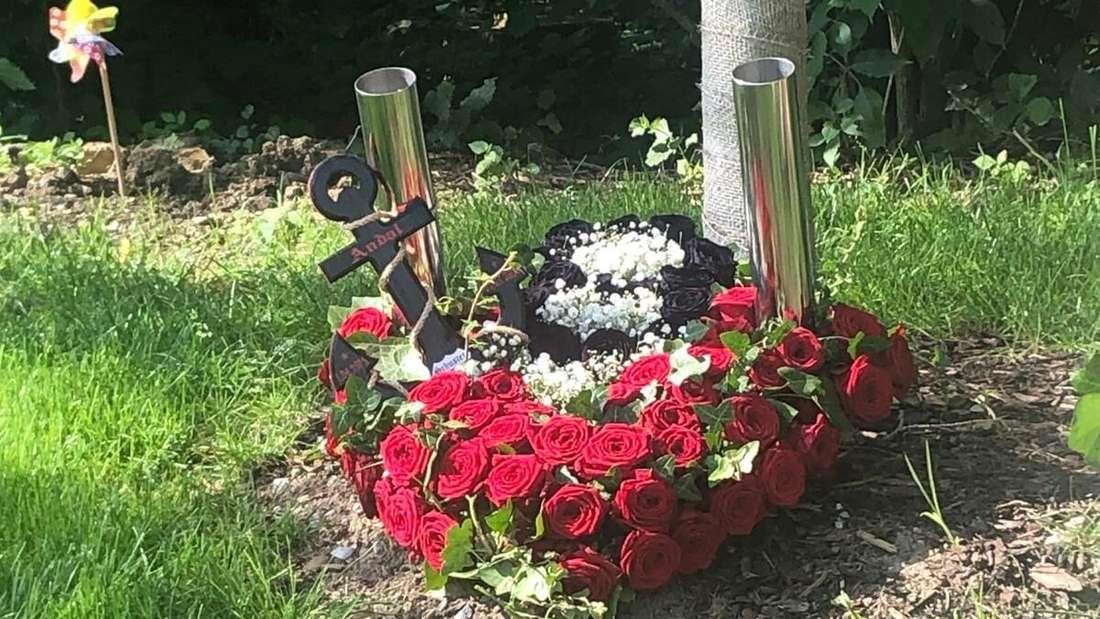 Andreas Schuberts († 45) Grab ist mit einem Blumenbouquet aus roten und schwarzen Rosen verziert.