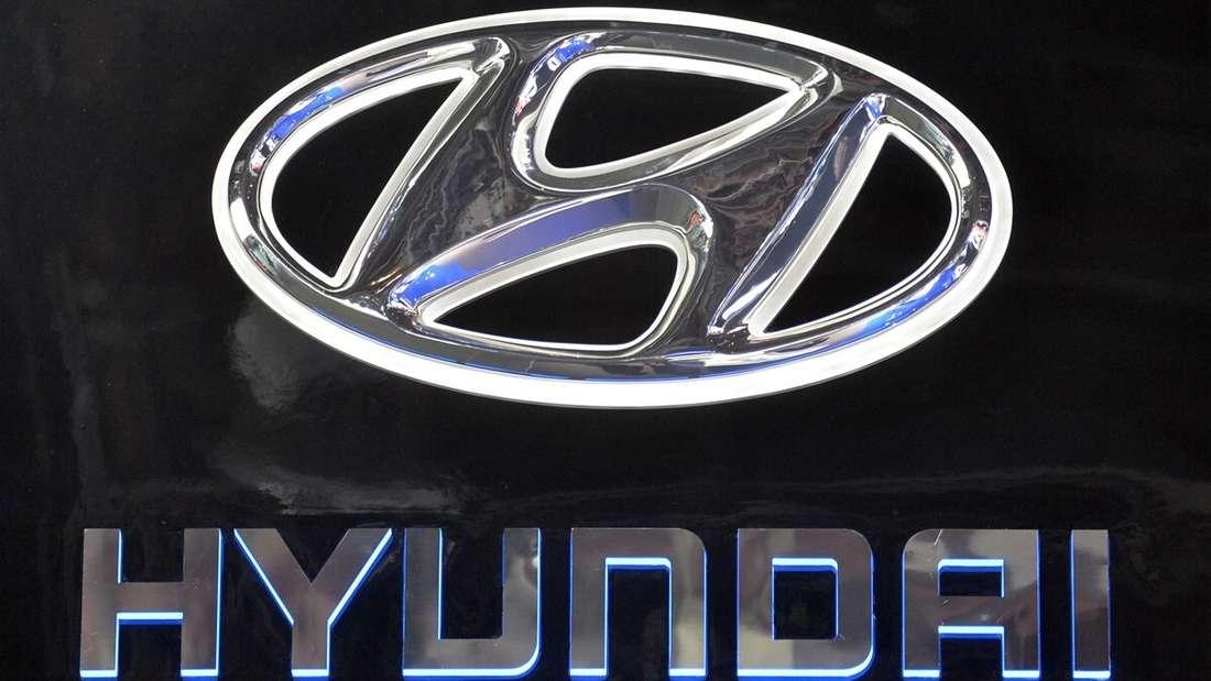 Hyundai-Logo und -Schriftzug an einer Wand
