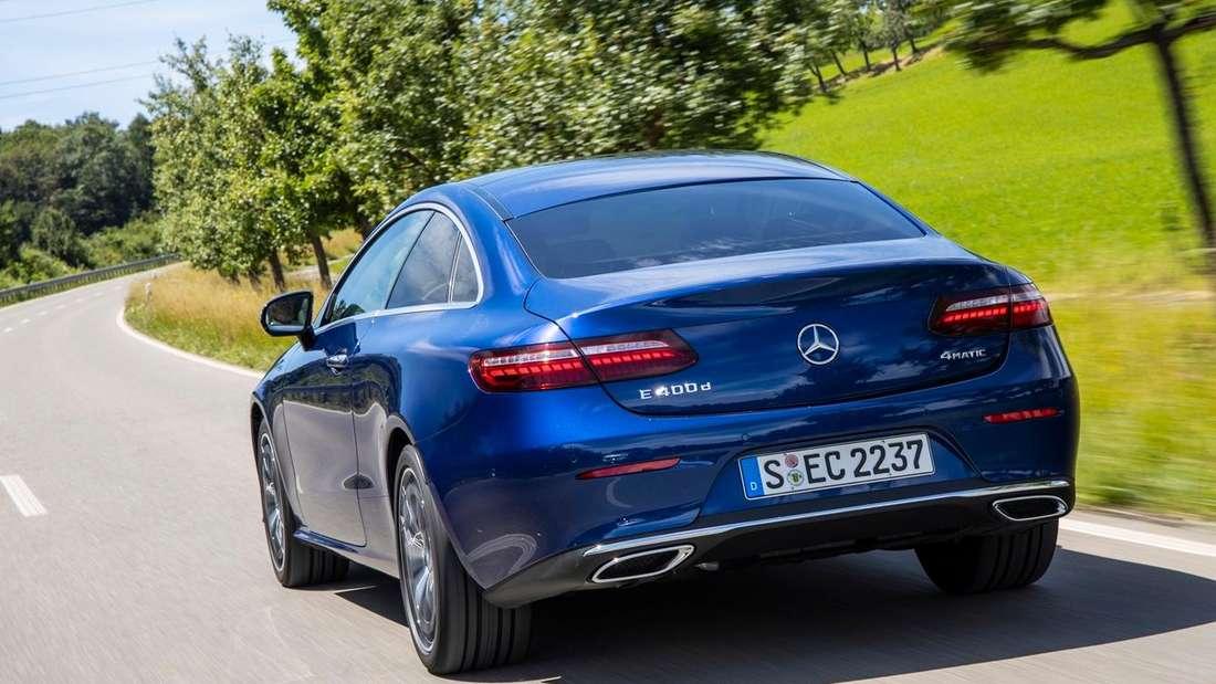 Fahraufnahme eines blauen Mercedes E 400d 4matic Coupé.