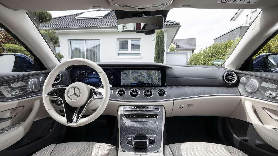 Blick in den Innenraum eines Mercedes E 400d 4matic Coupé.