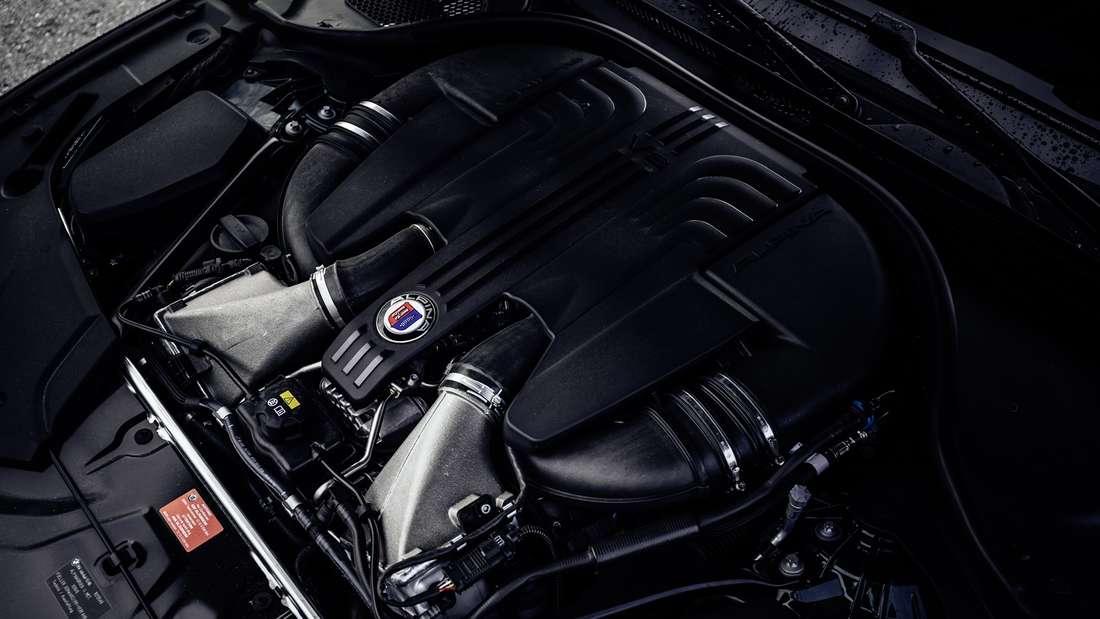 Detailaufnahme des Motors eines BMW Alpina B5