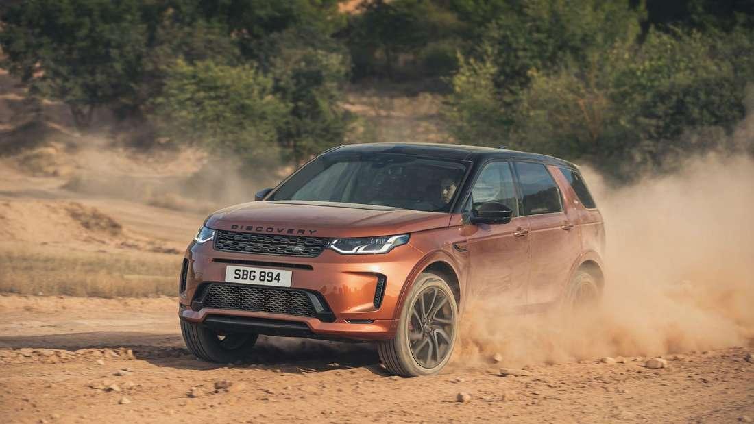 Ein Land Rover Discovery Sport auf einer Schotterpiste