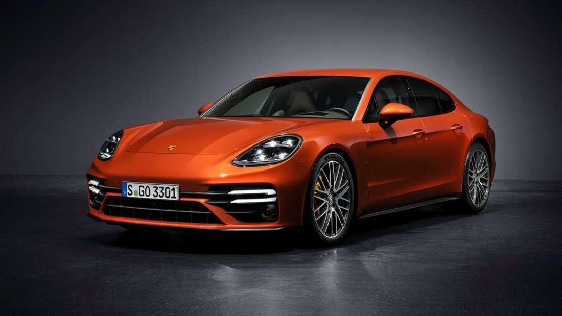 Ein orangefarbener Porsche Panamera der zweiten Generation nach dem Facelift.