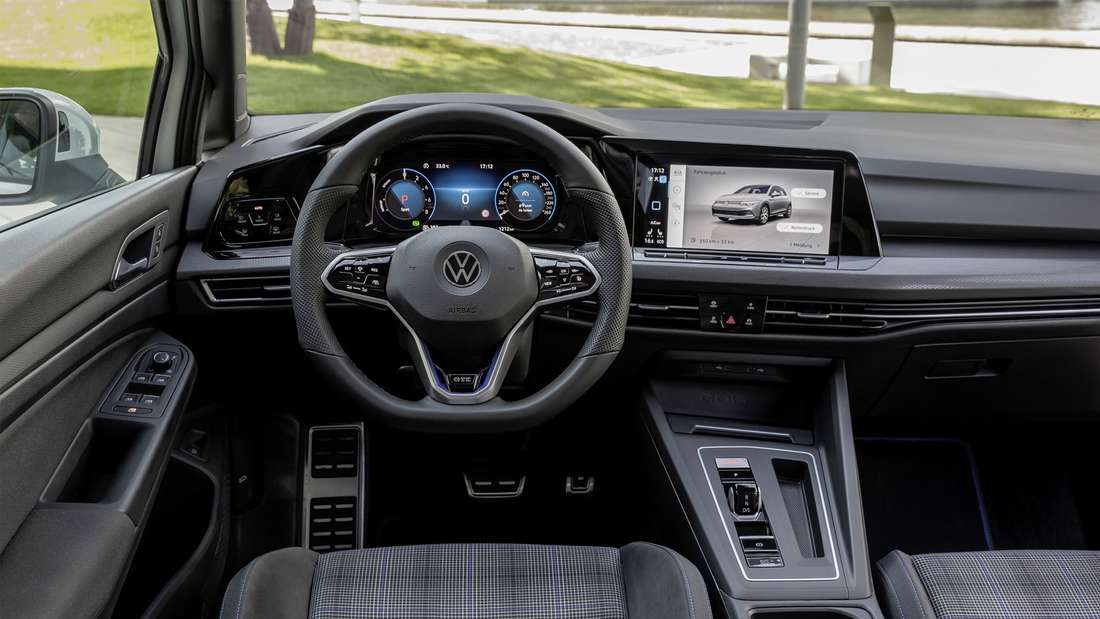 Blick in den Innenraum des VW Golf GTE.