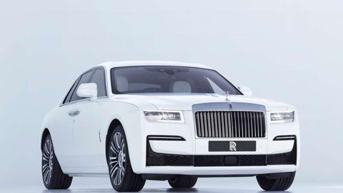 Studioaufnahme eines Rolls-Royce Ghost von schräg vorn
