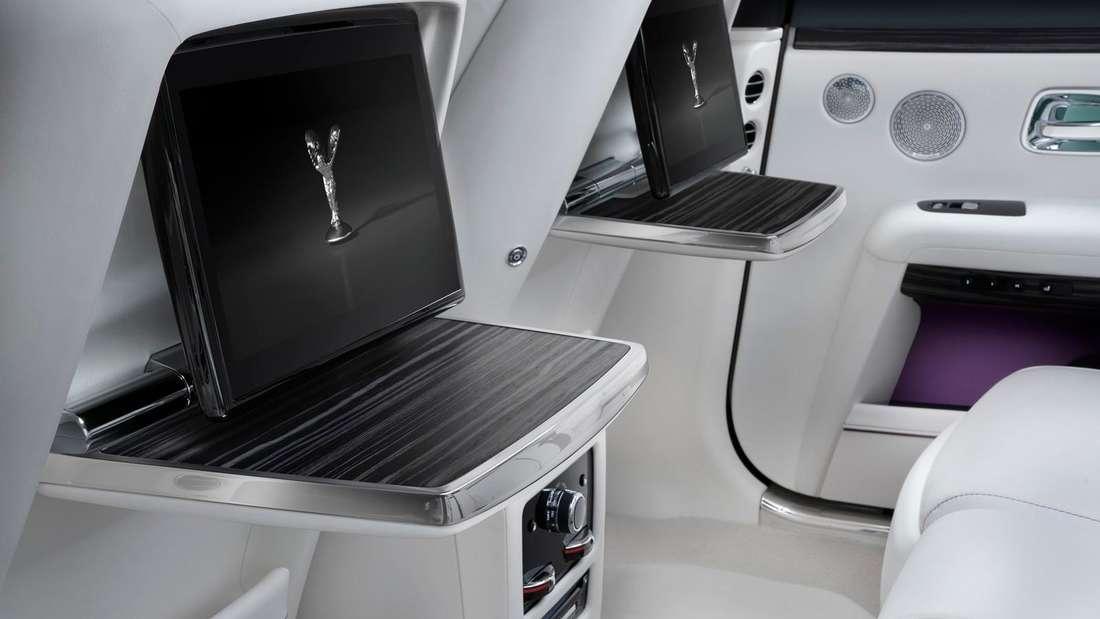 Detailaufnahme der Entertainment-Bildschirme im Fond eines Rolls-Royce Ghost