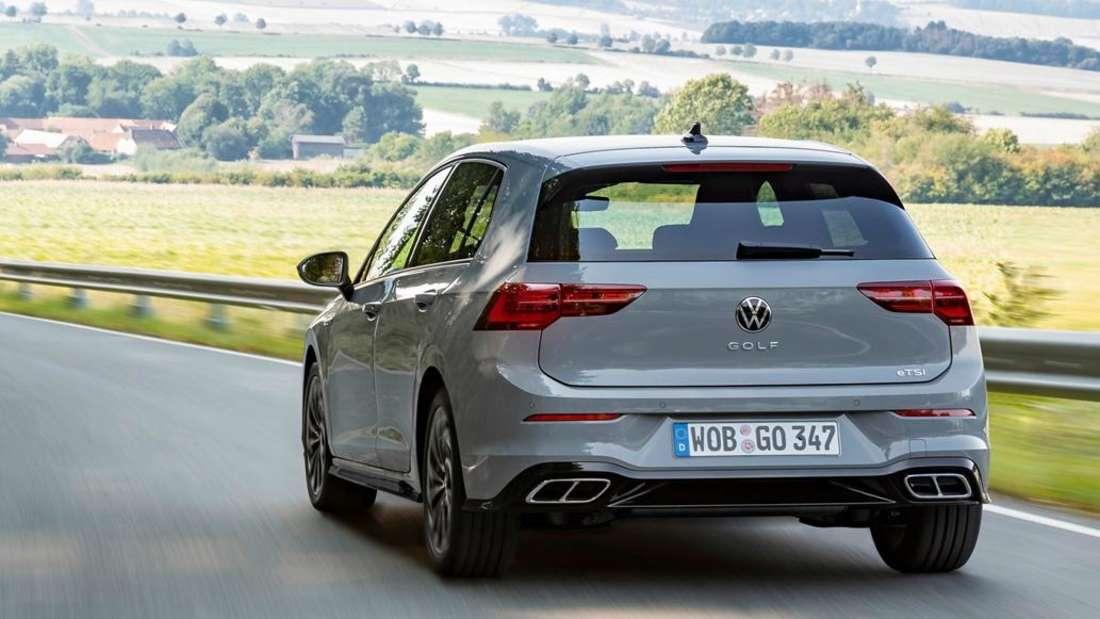 Fahraufnahme eines grauen VW Golf 1.0 eTSI.