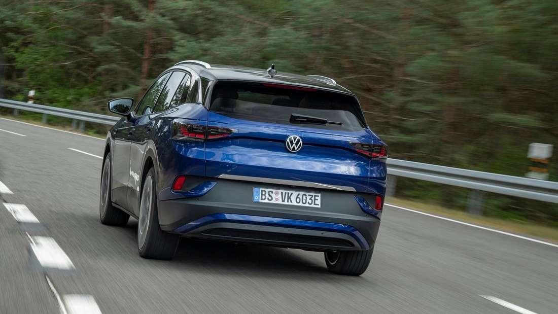 Heckansicht VW ID.4 fahrend