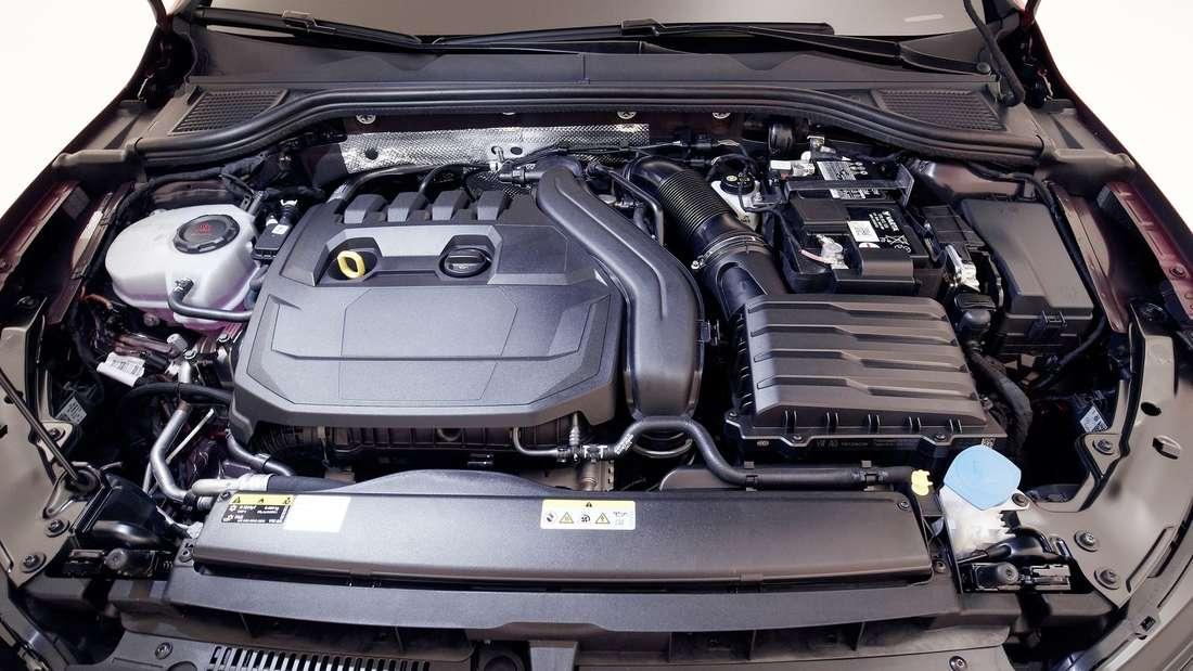 Detailaufnahme des Motorraums eines VW Golf 8 Variant
