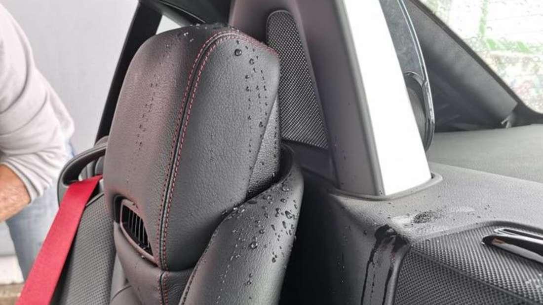 Wassertropfen auf den Sitzen des Mercedes-Benz SLC 200 von Familie Kohlisch.