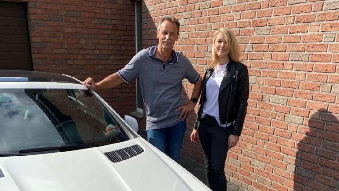 Hans-Joachim Kohlisch und seine Tochter Romina stehen vor dem undichten Mercedes-Benz SLC 200.