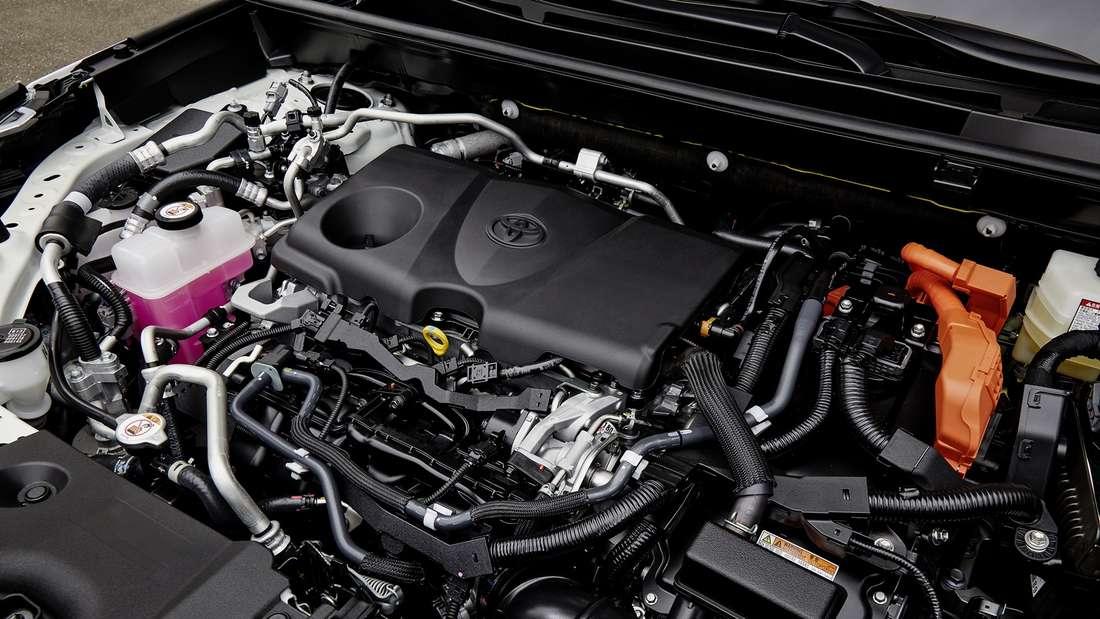 Detailaufnahme des Benzinmotors bei einem Toyota RAV4 PHEV