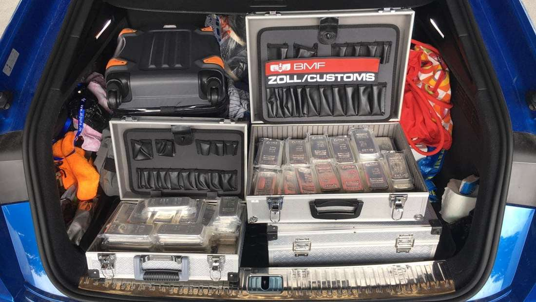 In Alu-Koffern verstaute Silberbarren liegen im Kofferraum eines PKW.