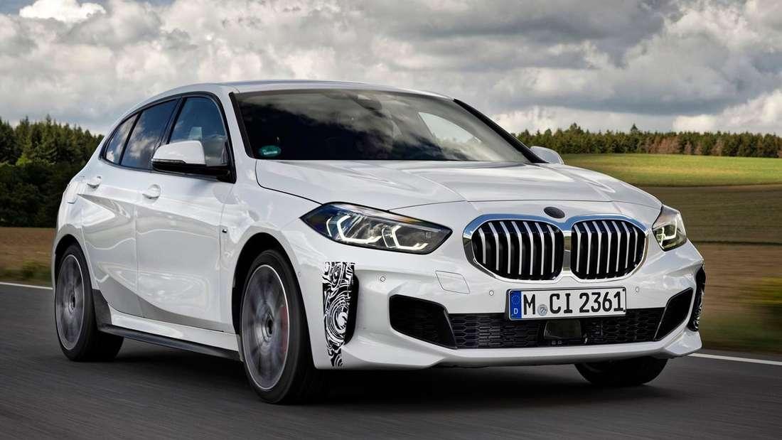 Fahraufnahme eines BMW 128 ti von schräg vorn