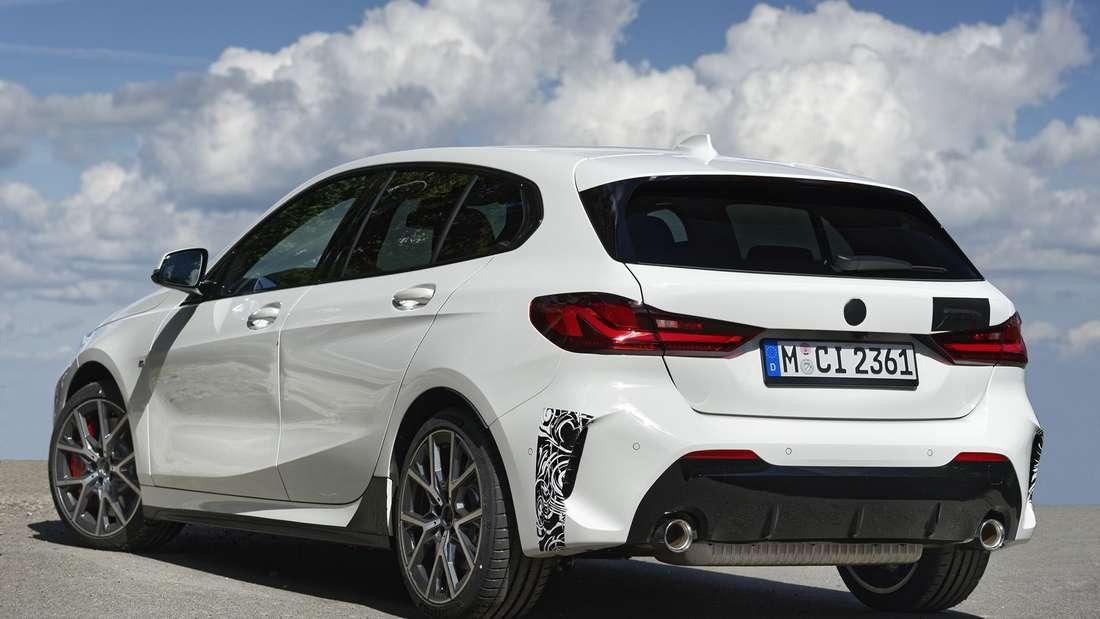 Standaufnahme eines BMW 128 ti von schräg hinten