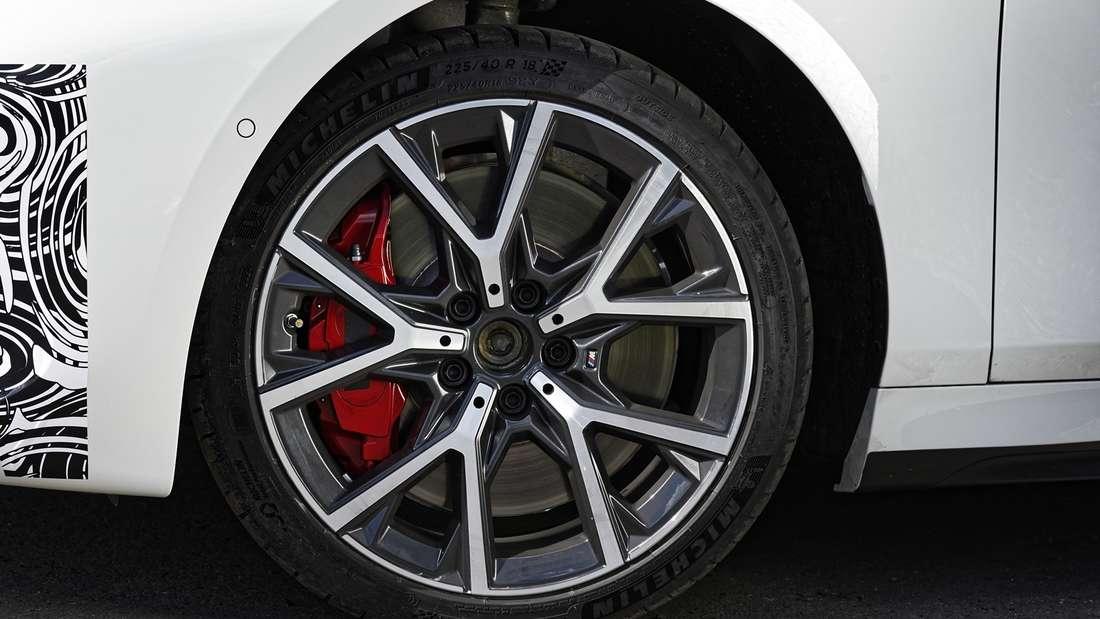 Detailaufnahme des Vorderrads eines BMW 128 ti