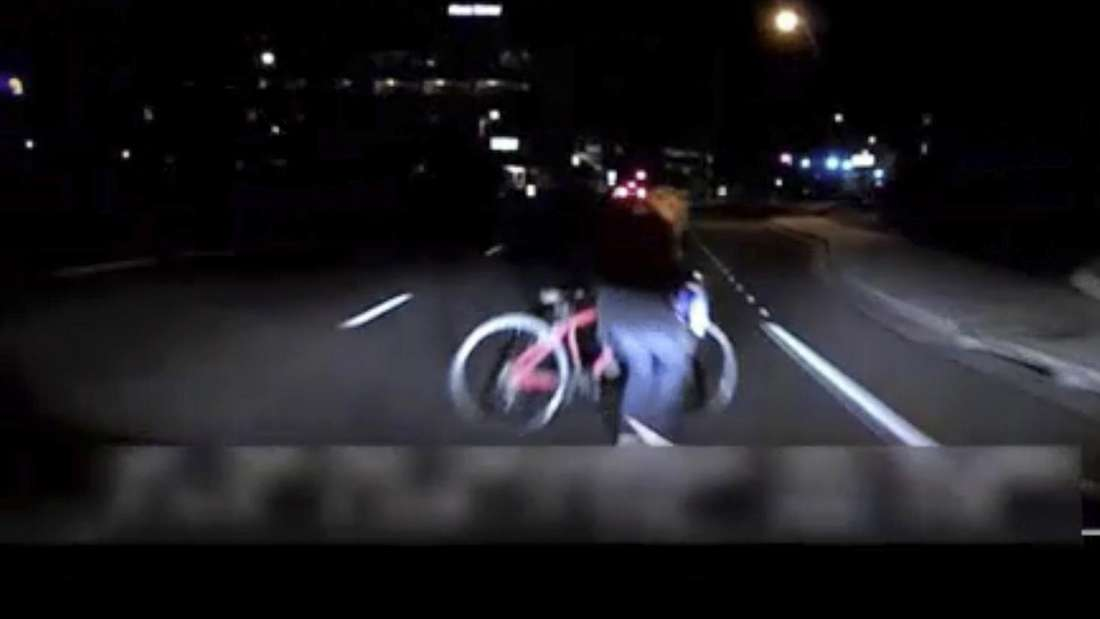 Das Bild zeigt den Moment kurz bevor ein selbstfahrendes Uber-Auto eine Frau anfährt.