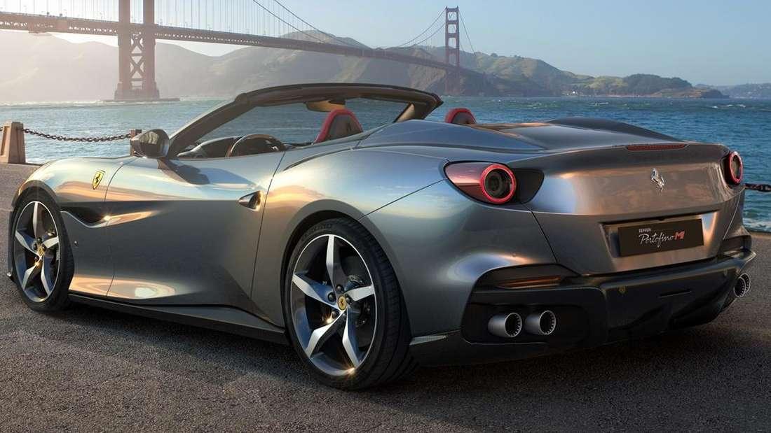 Standaufnahme eines Ferrari Portofino von schräg hinten