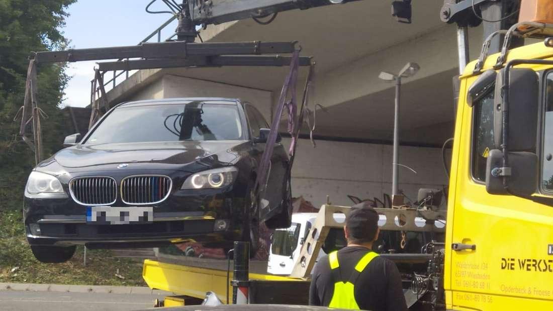 Der BMW 7er der Baureihe F01 des hessischen Rasers wird beschlagnahmt und abgeschleppt.