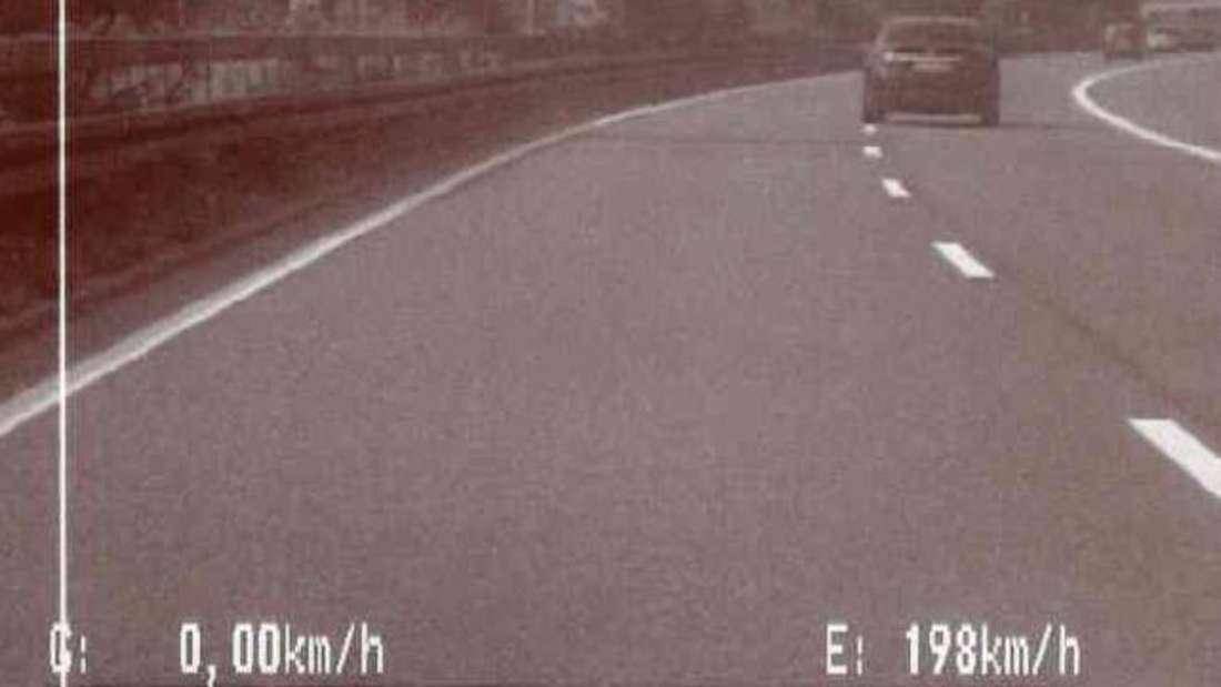 Mit einer Spitzengeschwindigkeit von Tempo 198 bei erlaubten 100 km/h wurde der Raser von der Zivilstreife gefilmt.
