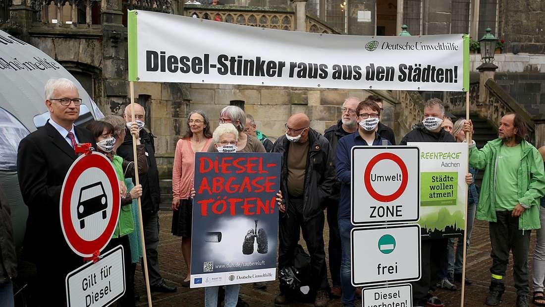 """Jürgen Resch, Bundesgeschäftsführer der """"Deutschen Umwelthilfe"""", demonstriert für ein Diesel-Fahrverbot."""