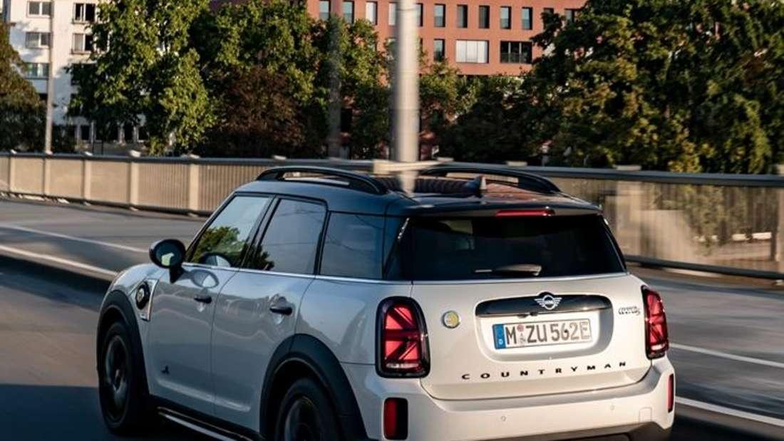 Fahraufnahme eines Mini Cooper SE Countryman von schräg hinten