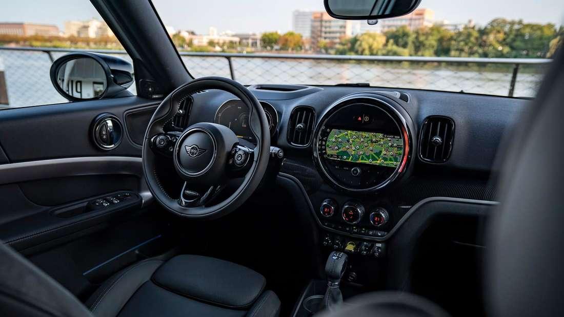 Cockpit-Aufnahme eines Mini Cooper SE Countryman