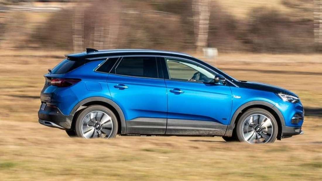 Fahraufnahme eines Opel Grandland X Hybrid4 im Profil
