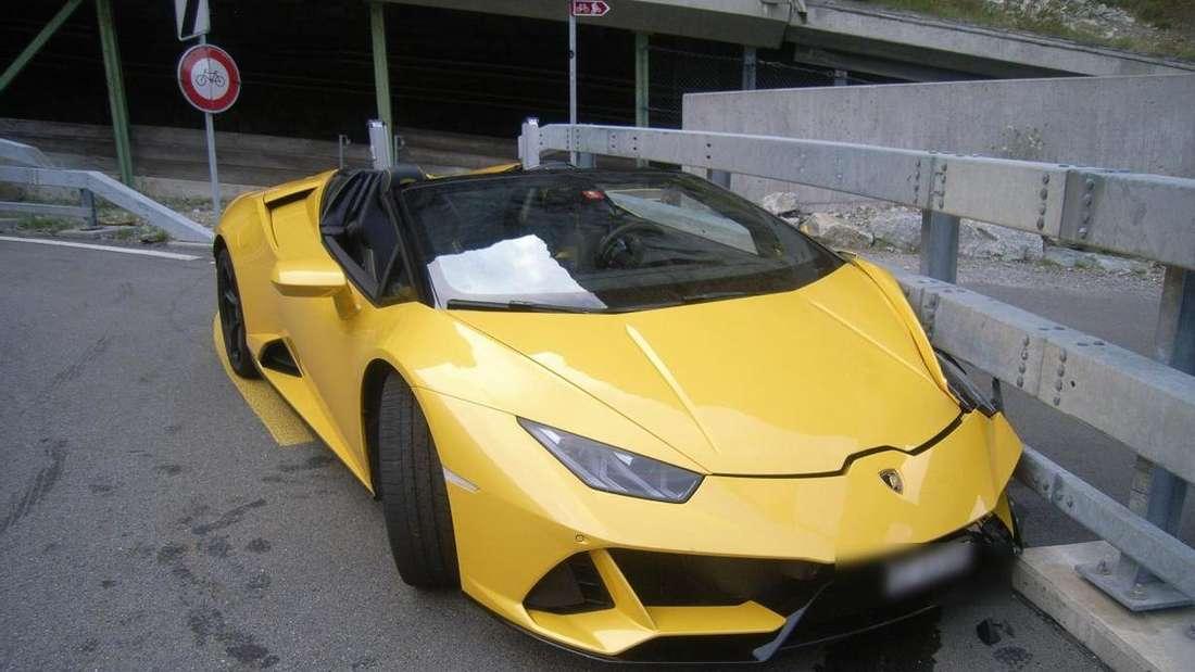 Ein gelber Lamborghini Huracán Spyder ist auf der Gotthardstraße bei der Schlucht Schöllenen in die Leitplanke gekracht.