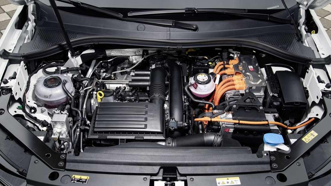 Detailaufnahme vom Motorraum eines VW Tiguan eHybrid