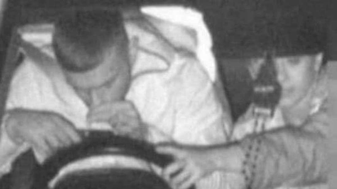 Ein 21-jähriger Australier ist auf einem Blitzerfoto dabei zu sehen, wie er eine Substanz von seinem Handy schnüffelt.