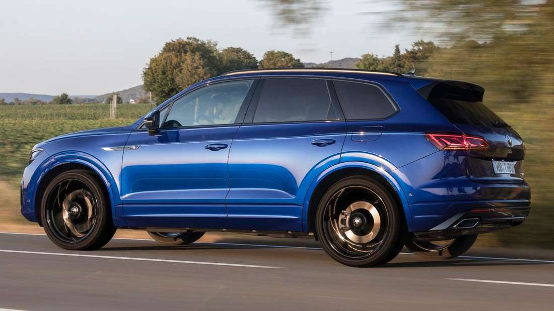Fahraufnahme eines VW Touareg R von der Seite