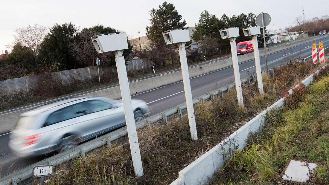 """Niedersachsen, Laatzen: Ein Auto fährt auf der Bundesstraße B6 am neuartigen Streckenradar """"Section Control"""" vorbei.."""