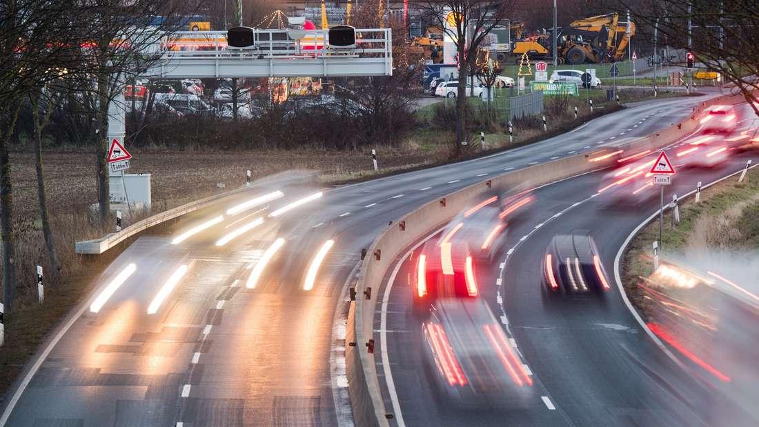 """Zahlreiche Autos passieren das Streckenradar """"Section Control"""" auf der Bundesstraße B6 bei Hannover."""