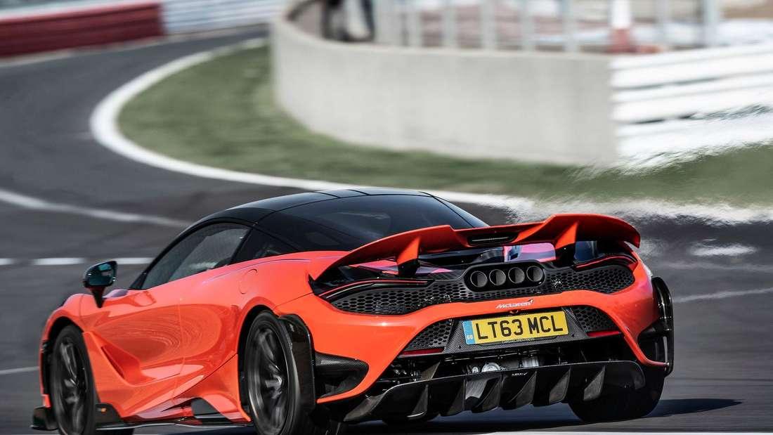 Fahraufnahme eines McLaren 765LT von schräg hinten