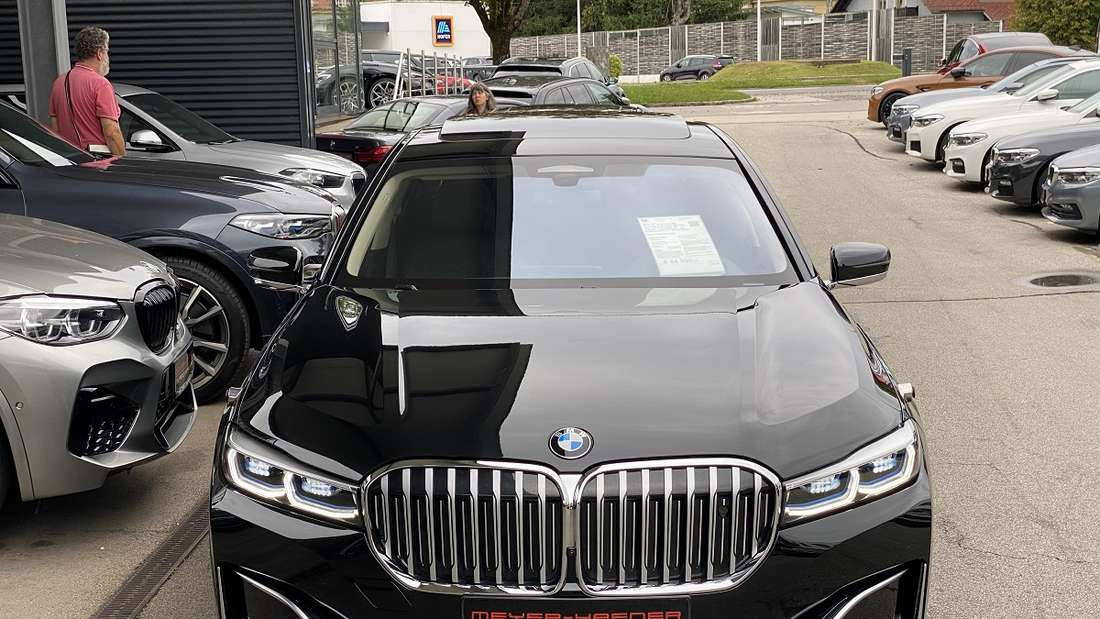 Frontalansicht des BMW 740Li xDrive beim Autohändler